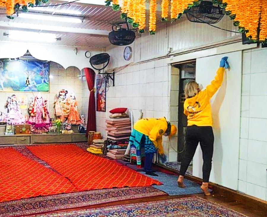 Scientology Volunteer Ministers in Vienna help a Hindu Temple reopen by cleaning and sanitizing it with a highly effective and safe decontaminant.