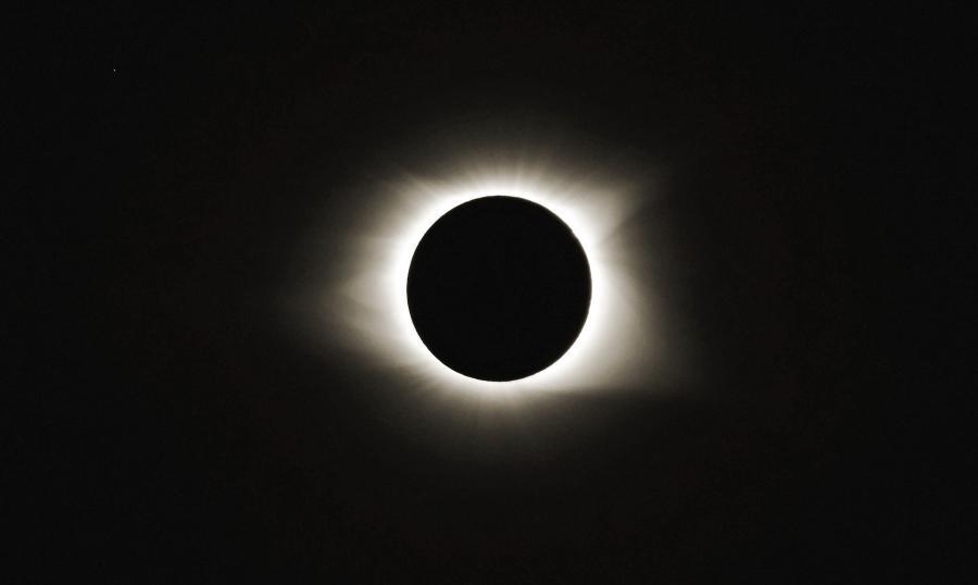 La corona del sol durante el Eclipse solar total