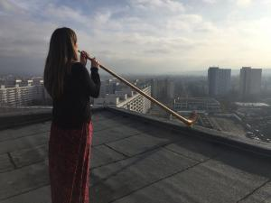 Die Alphornistin Anna Katharina Schumann während einer Probe auf einem der 17-Geschosser im Stadtteil Dresden-Prohlis | Foto: Therese Menzel