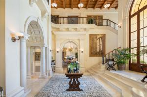 Host lavish parties across 20,000-square-feet of space with large and formal gathering areas, or entertain guests for a weekend staycation at your two-story guest house.