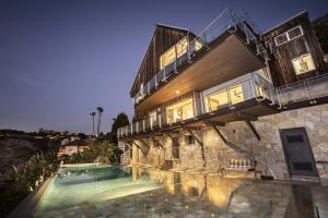 Private four–sided infinity–edge pool