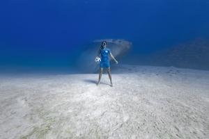 Coral Tomascik poses for Underwater Photographer Caymanjason for the release of the new Inter Miami