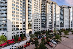 The Crescent® plaza attracts office customers and Uptown Dallas neighbors..