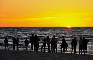 personas que miran el sol